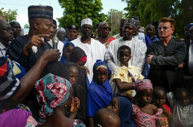 FOTO ACNUR.- Bono, cantante de U2 y cofundador de la campaña internacional y grupo de defensa The ONE Campaign, visita las familias desplazadas en el asentamiento de Maiduguri, Nigeria.