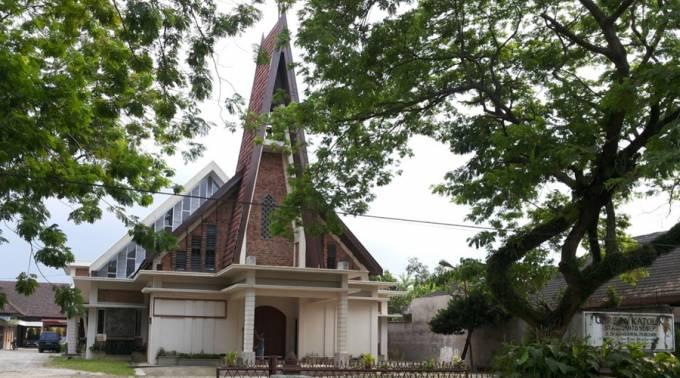Atentan contra iglesia católica en Indonesia