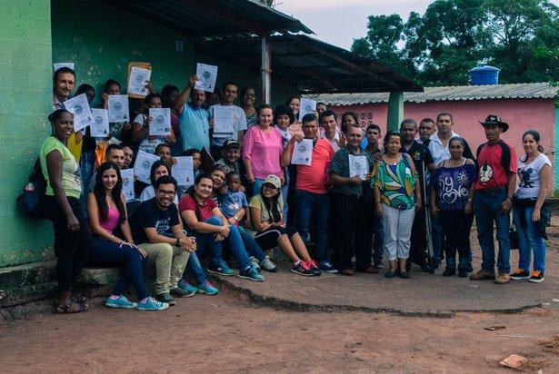 Refugiados colombianos emprenden el camino para construir vidas sostenibles en Venezuela