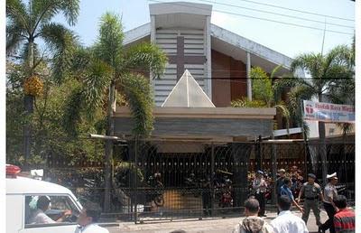 Amenazas de radicales islámicos contra la contrucción de una iglesia católica en Yakarta, Indonesia