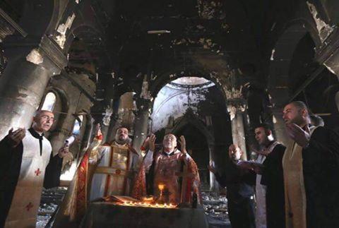 Celebran primera misa en la catedral de Qaraqosh devastada por el Estado islámico