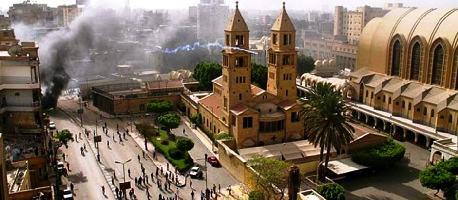 Rinden homenaje a las víctimas del atentado en la catedral copta ortodoxa de El Cairo