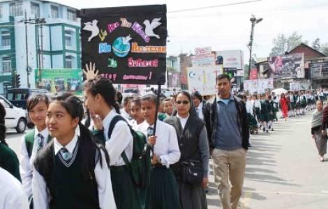 Jóvenes de la India marchan por la paz
