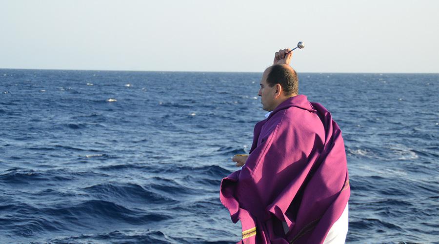 Sacerdote rescata, sobre el mar, a perseguidos