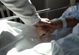 unidad de cuidados paliativos.un medico coge la mano de una paciente en el hospital de la cruz roja de gijon.sanidad.pacientes.vejez. 14-02-2008 foto josé simal