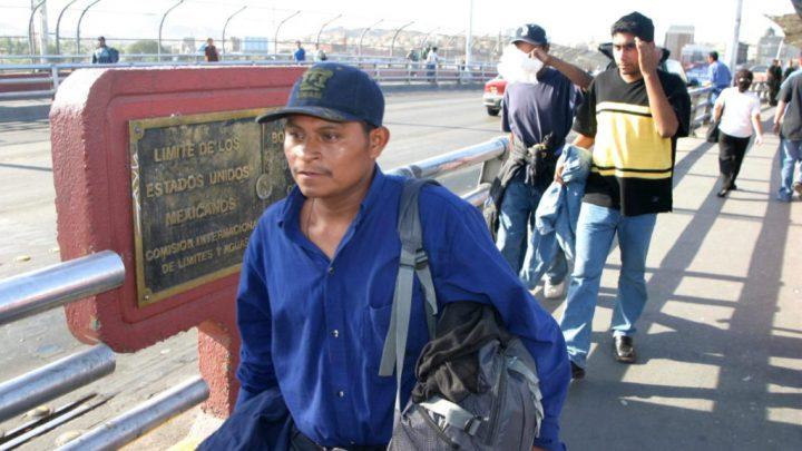 """MEX08 CIUDAD JUAREZ (MEXICO) 19/09/03 .- Ciudadanos mexicanos cruzan la franja fronteriza entre México y Estados Unidos con sus escazas pertenencias al ser detenidos en los estados de California y Arizona y deportados por la migración estadounidense ajustandose al nuevo """"programa piloto de repatriacion lateral"""" que consiste en repatriar a los migrantes en un punto urbano para no obligarlos a tomar el desierto que ha cobrado más de 600 víctimas cuando éstos han sido deportados. EFE/JGuadalupe Perez"""