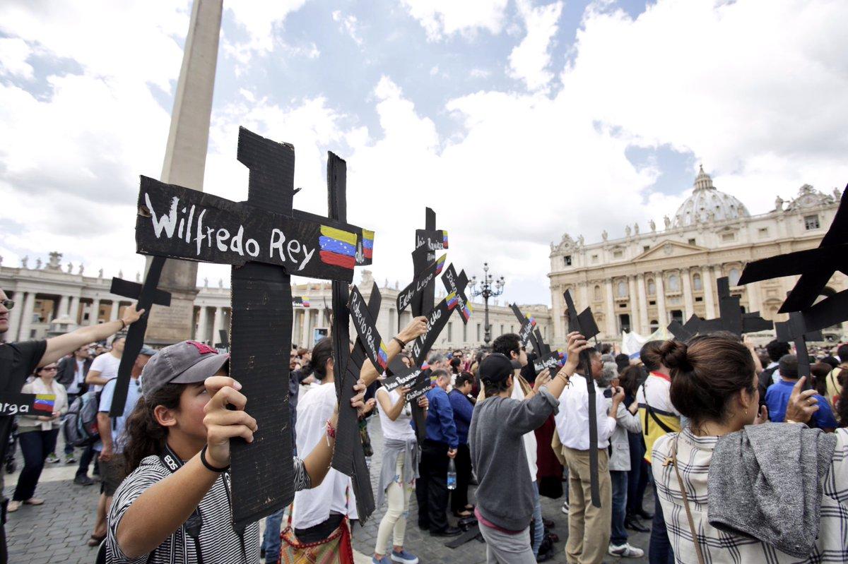 Venezolanos piden la paz en Plaza de San Pedro