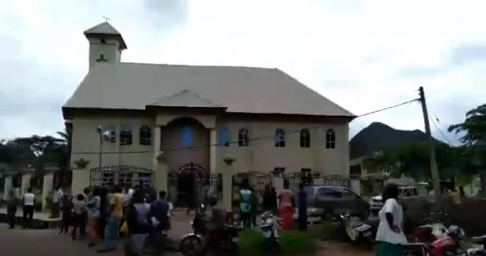 Atacan iglesia católica en Nigeria, mueren 11 personas