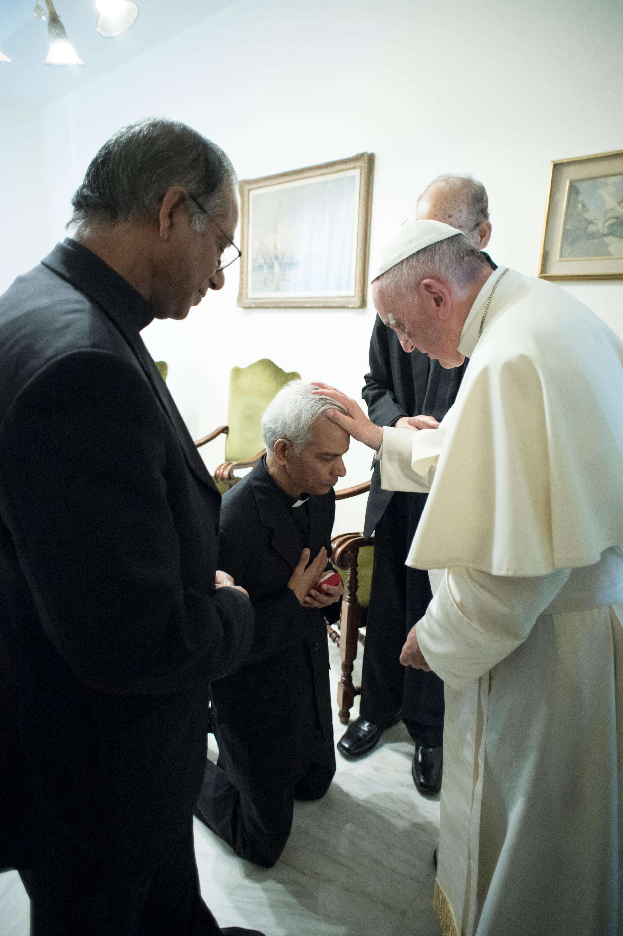Recé todos los días por usted, dice el Papa a sacerdote secuestrado por el EI