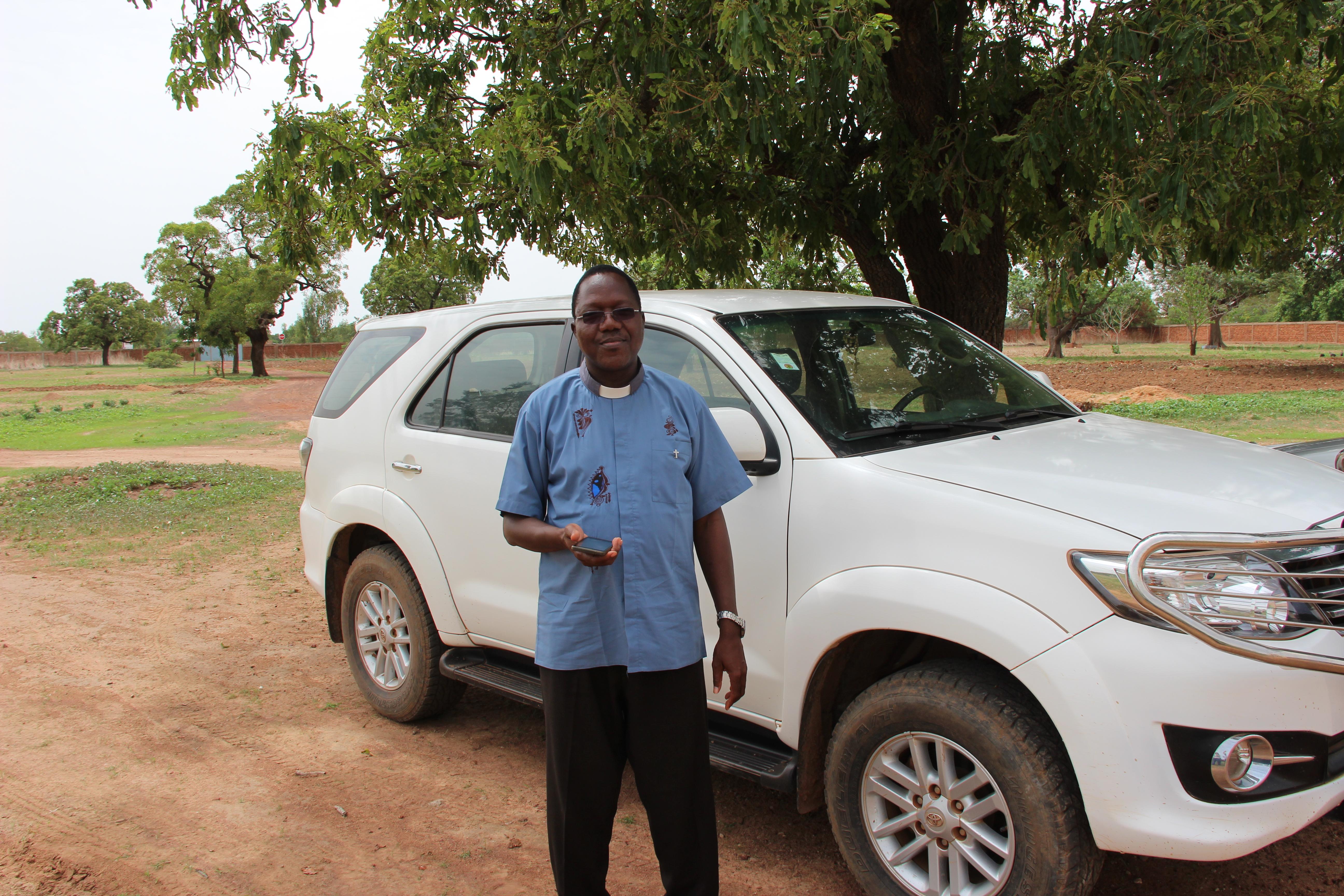 Proyecto: En Burkina Faso un sacerdote visita a las familias en vulnerabilidad