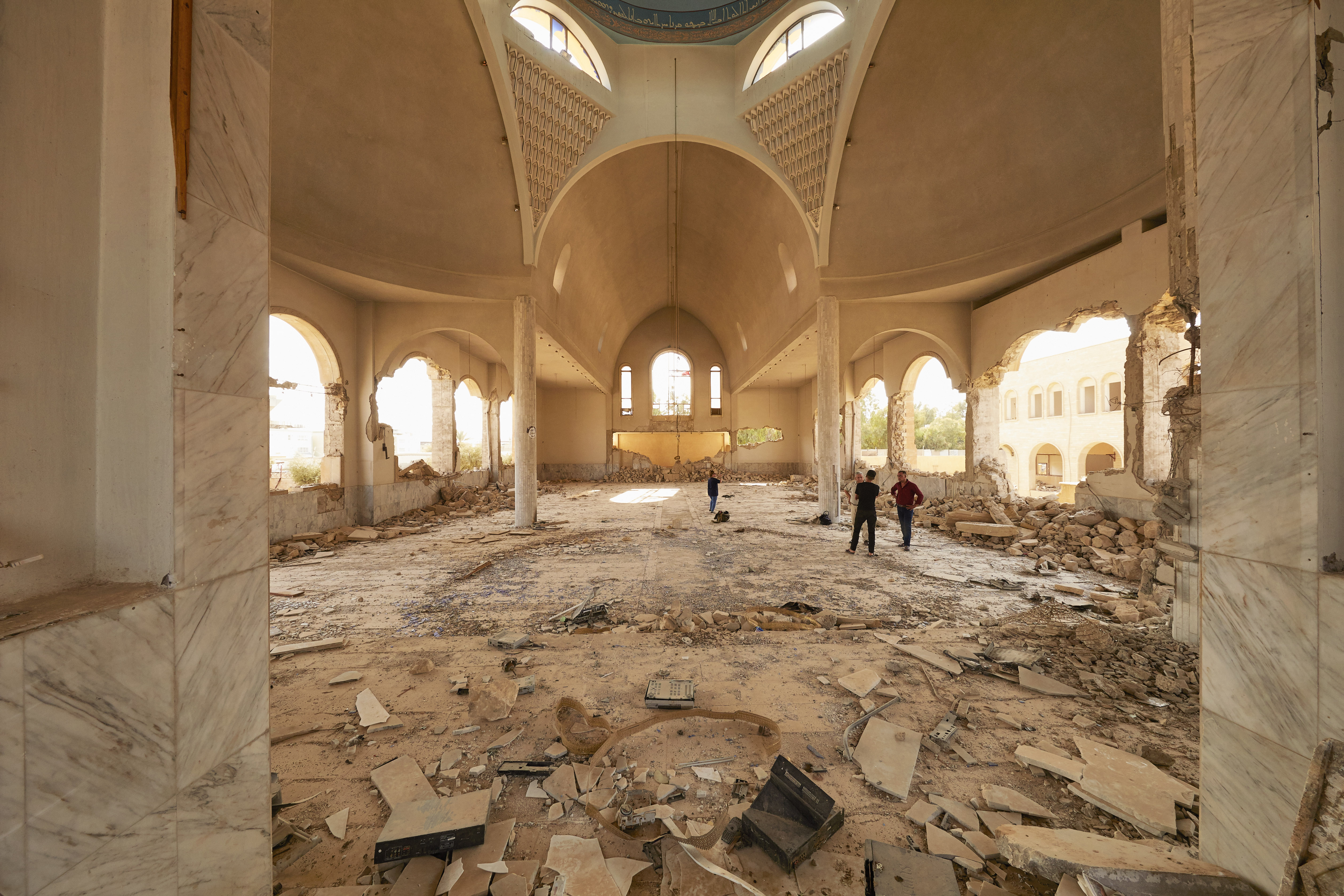 Crónicas del retorno a Mosul, los yihadistas no tuvieron respecto ni siquiera del altar del monasterio