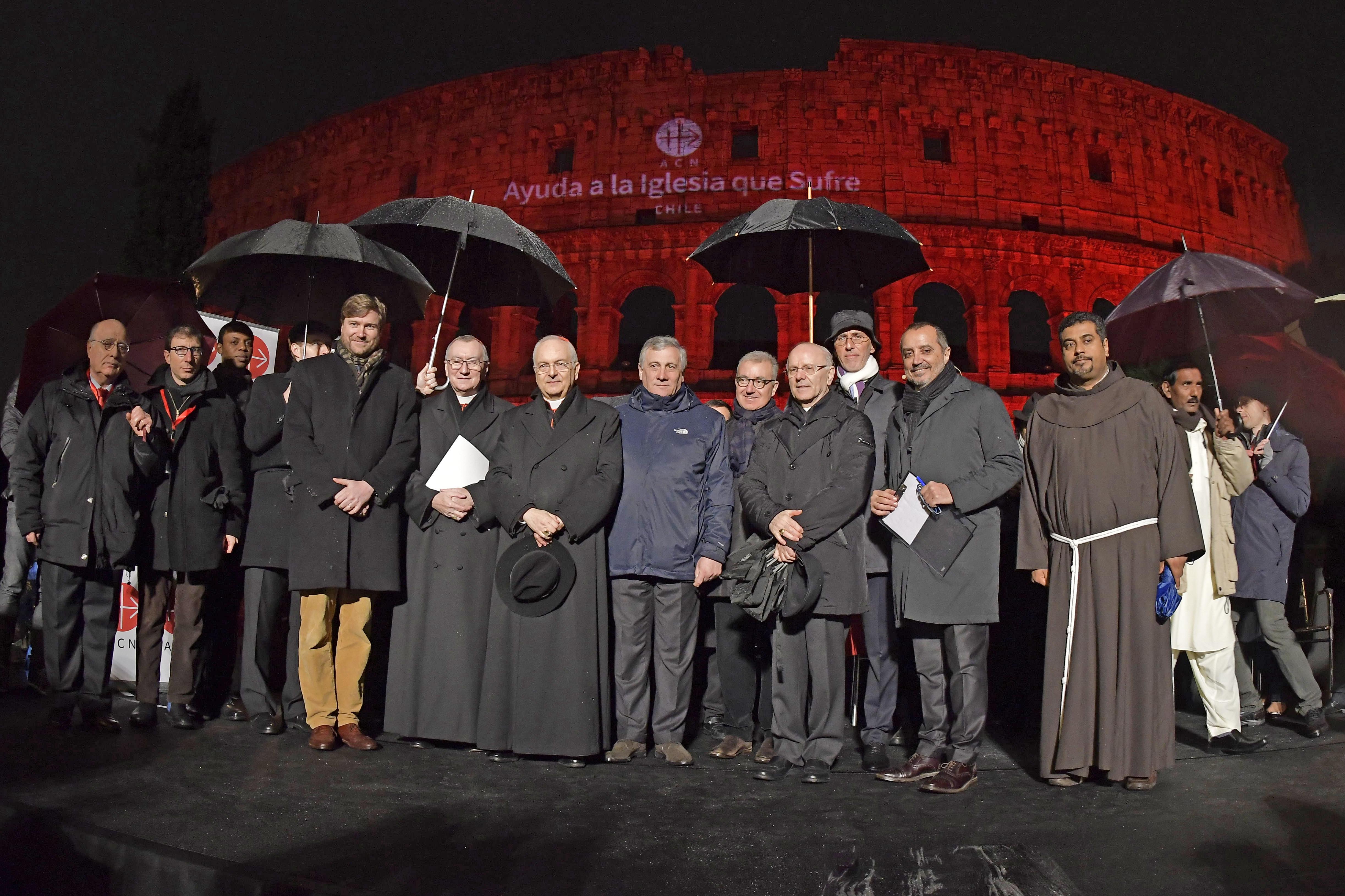 La iluminación del Coliseo Romano recordó a los cristianos perseguidos en el mundo