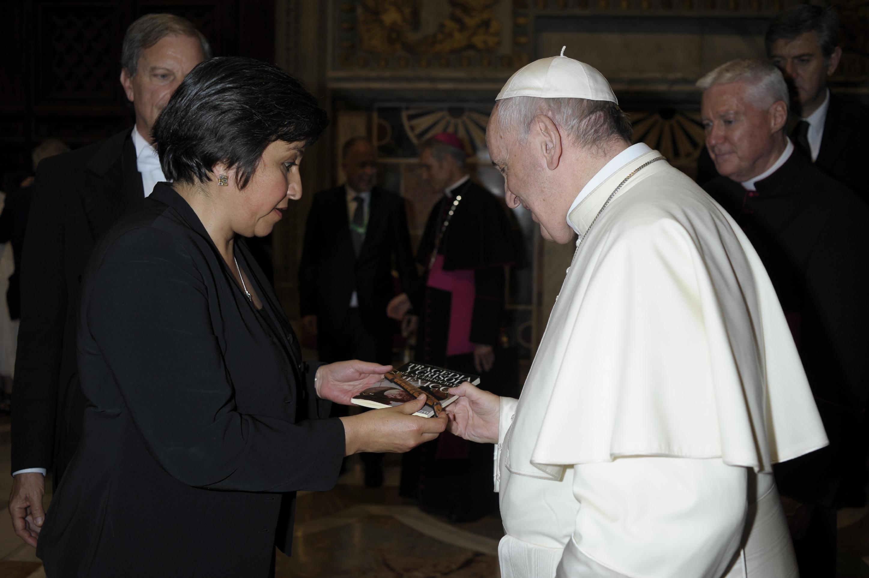 """Recibe el Papa Francisco un ejemplar de """"Tragedia y crisol del sacerdocio en México"""""""