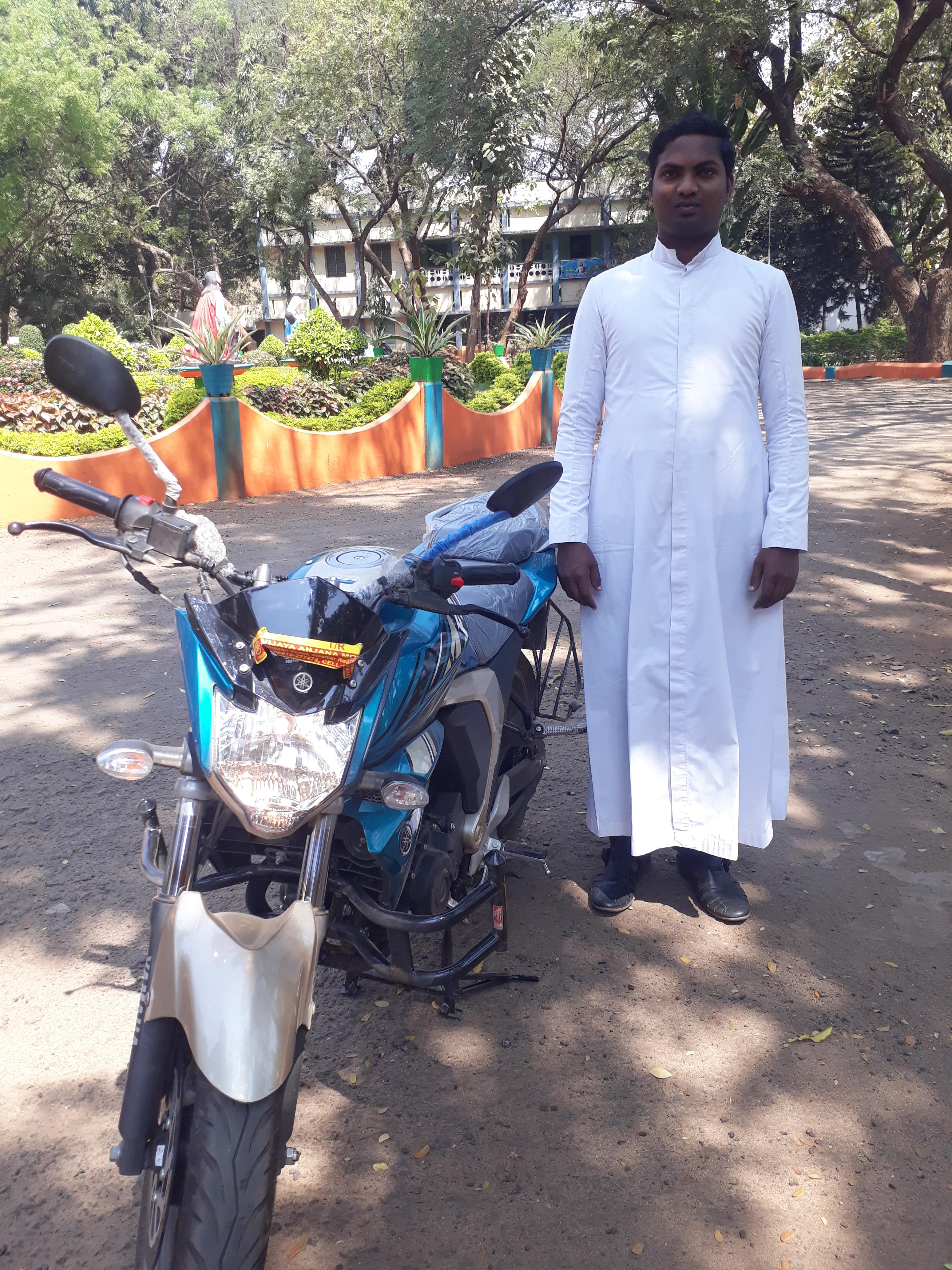 India: Una motocicleta para un sacerdote cambia la vida en comunidad