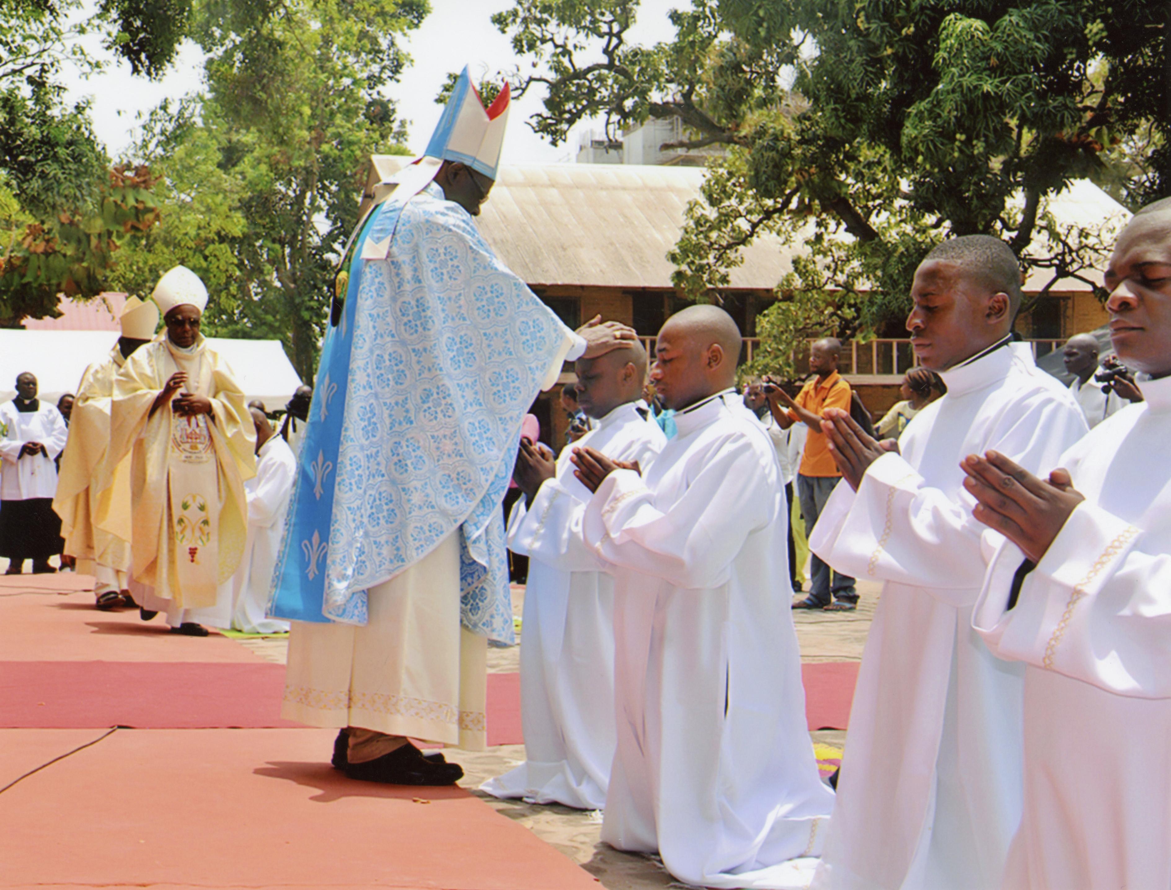 ACN proporciona ayuda a seminaristas del Congo