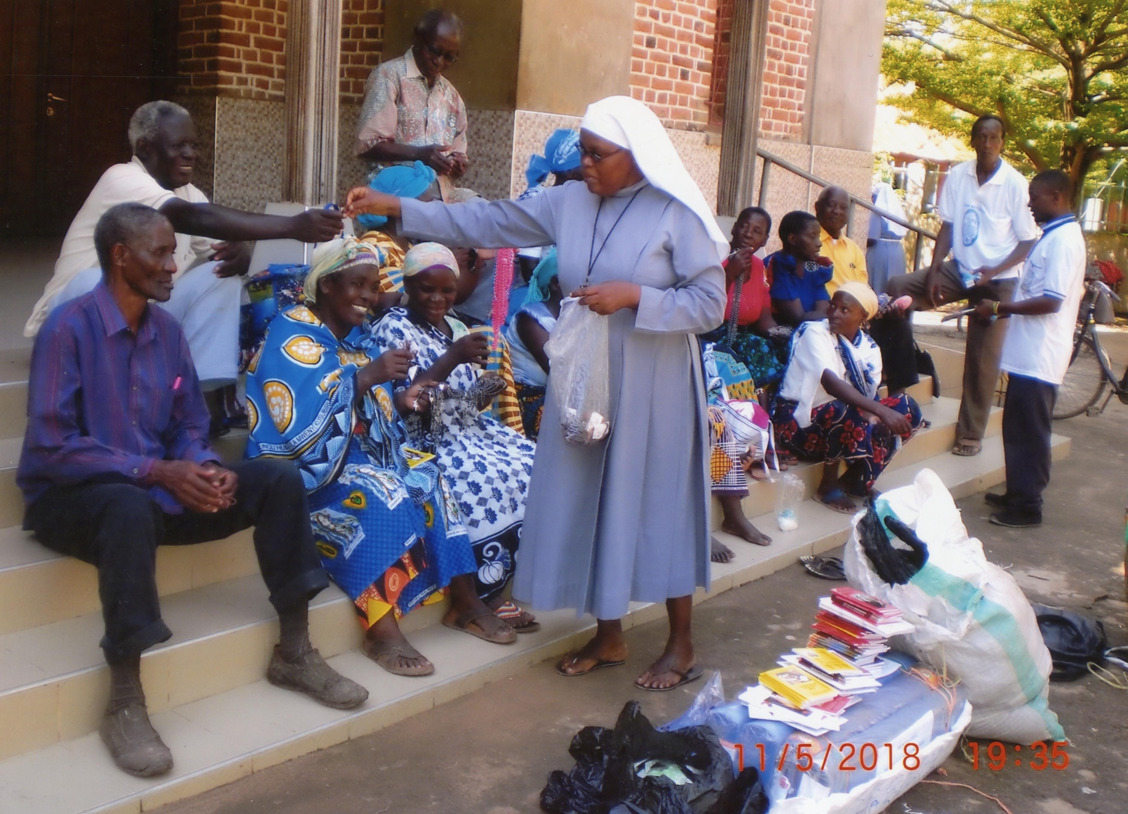 Hasta Tanzania 30 bicicletas, rosarios, libros para el apostolado de Fátima