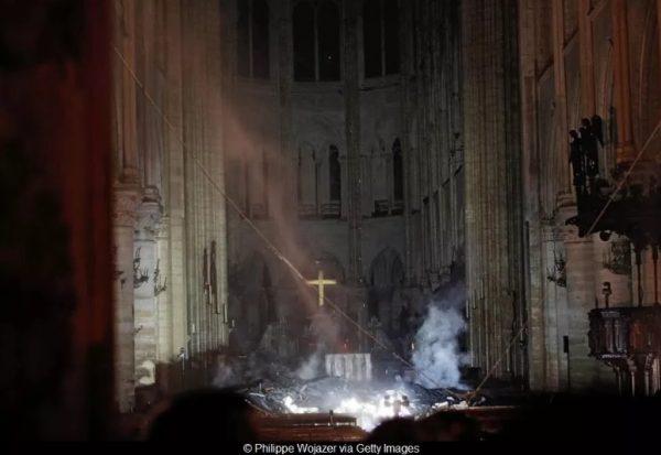 Drama de Notre Dame: vela y reza sin desaliento