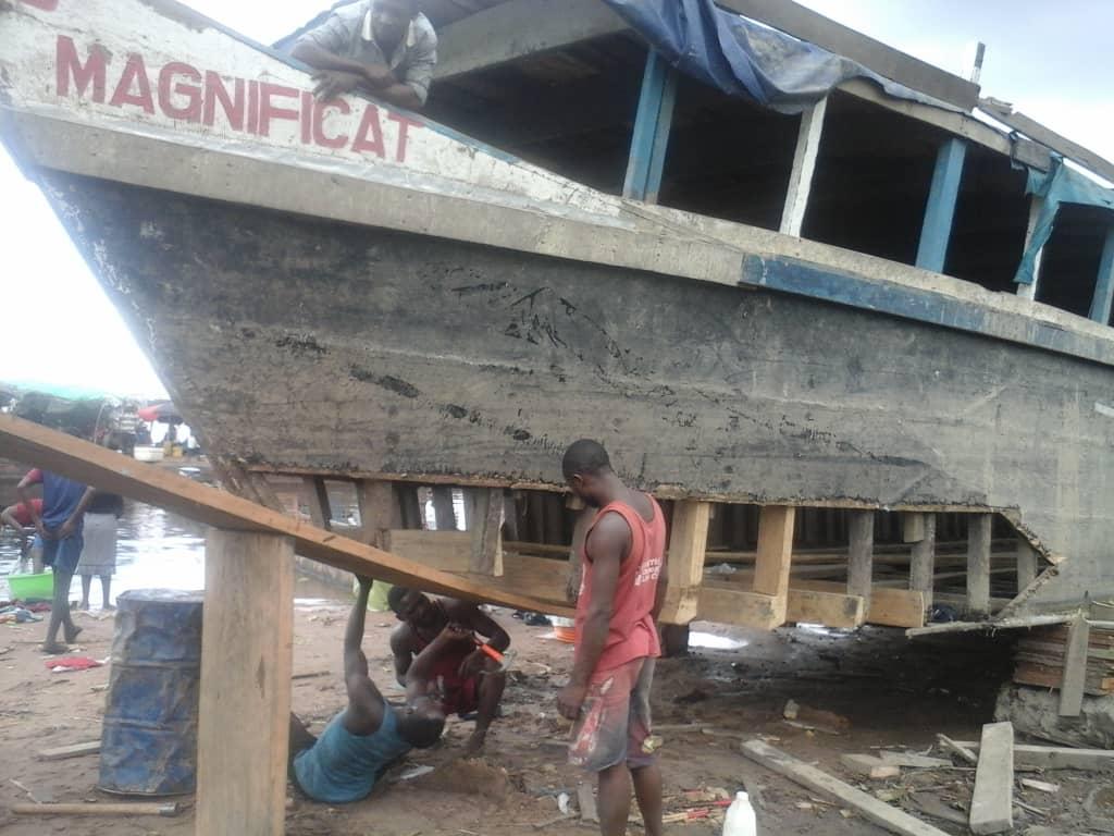 República Democrática del Congo: Reparación de un barco mensajero de fe