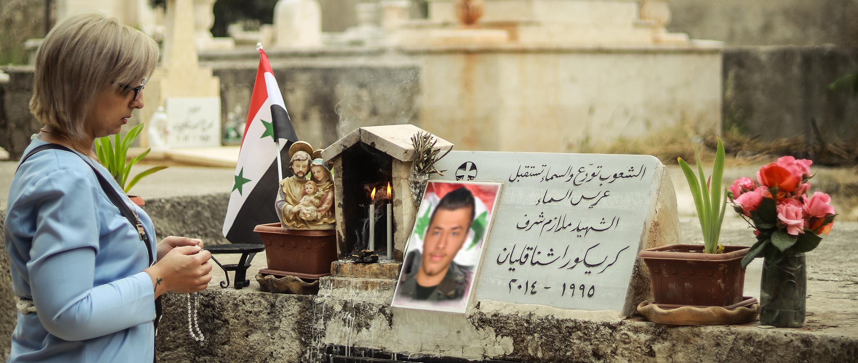 Asesinaron a su hijo en la guerra, encuentra apoyo en su fe