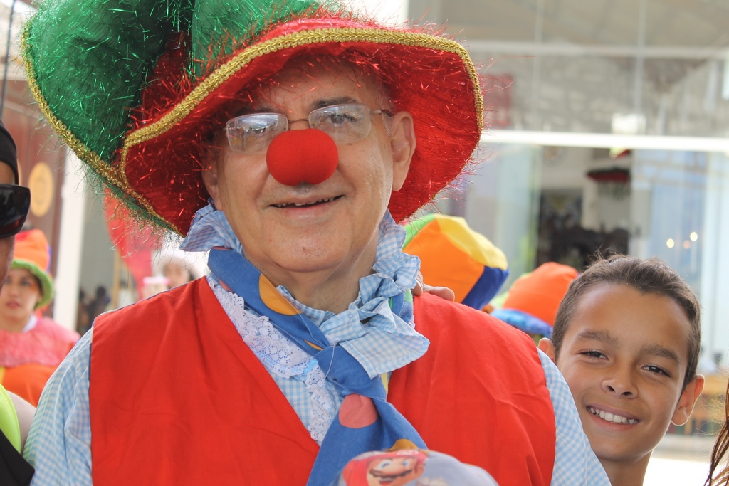 Obispo vestido de payaso comparte alegría del Evangelio con niños venezolanos