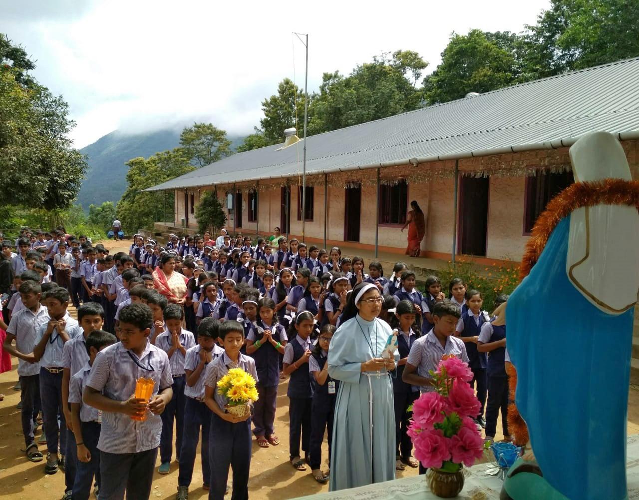 """En la India más de 26.000 niños se unieron a """"Un millón de niños rezan el Rosario"""""""