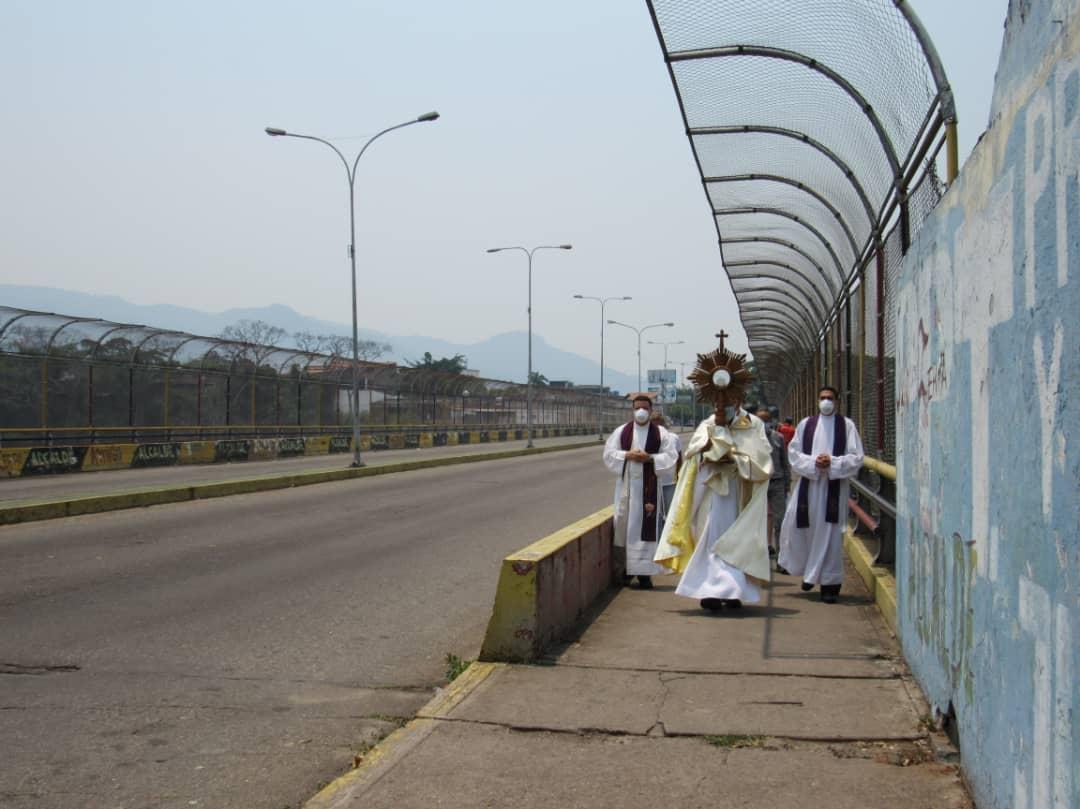 Los sacerdotes incansables ante el COVID-19