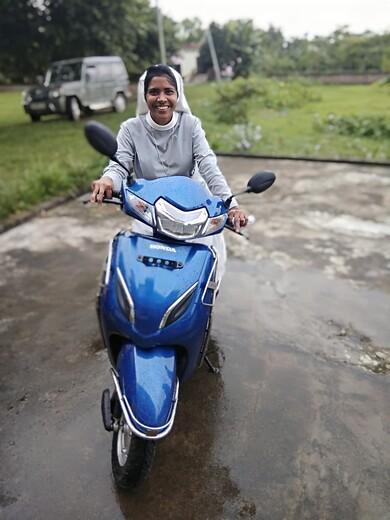 India: Una motocicleta para una religiosa