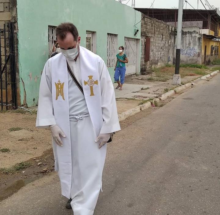 Asesinan a sacerdote por defender a una persona de su comunidad