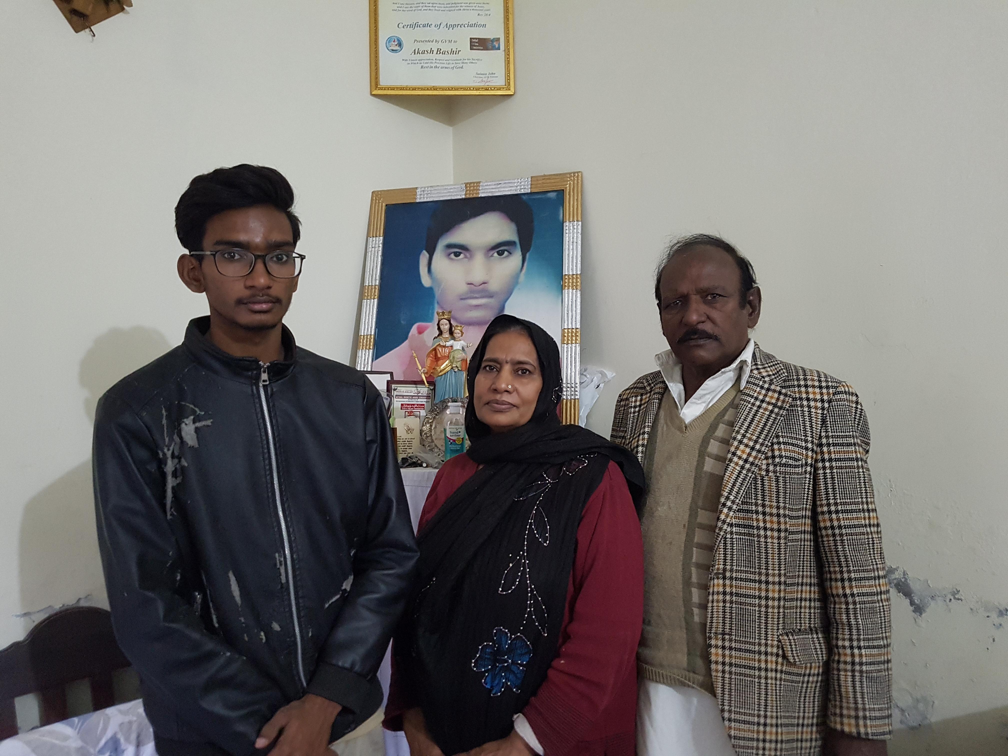 Una familia católica pakistaní reza por la canonización de su hijo mártir