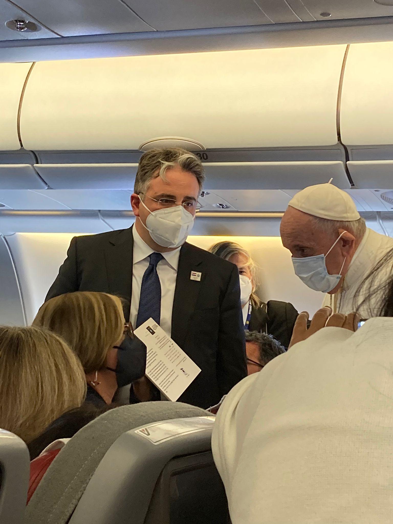 El Papa recibe la copia del anuncio de la yizia, el impuesto yihadista que se les exigió a los cristianos de Irak por parte del ISIS