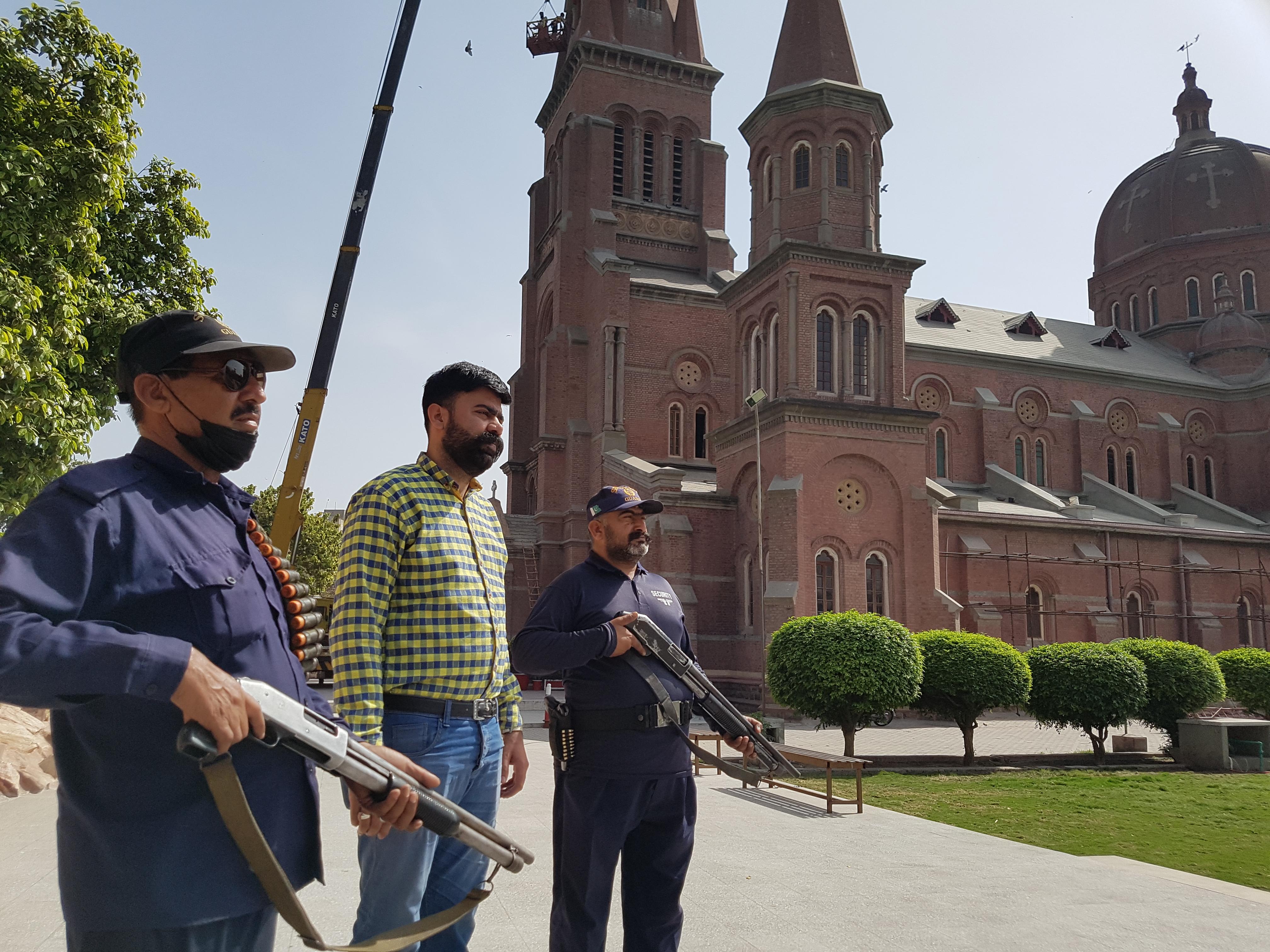 Católicos paquistaníes se ofrecen como voluntarios para proteger las iglesia